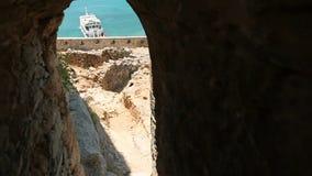 Взгляд моря через окно в противоположной стене Крит сток-видео