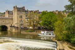 Взгляд моста и плотины Pulteney на реке Эвоне, ванне, Англии, Великобритании Стоковые Фото