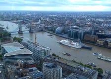 Взгляд моста Лондона от сада неба стоковые изображения rf