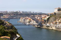 Взгляд моста Луис ориентир ориентира в Порту, Португалии в течение дня Стоковые Фото