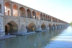 Взгляд моста Si-o-se-политика в Isfahan, Иране с датировать пар стоковые фото