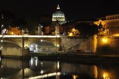 Взгляд моста Vittorio Emanuele II с куполом базилики St Peter на заднем плане rome стоковое изображение