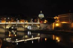 Взгляд моста Vittorio Emanuele II с куполом базилики St Peter на заднем плане rome стоковое фото rf