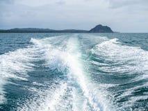 взгляд мотора озера шлюпки baikal панорамный стоковые изображения