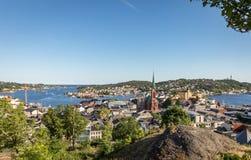 Взгляд над городом Arendal на солнечный день в июне 2018 Arendal маленький город в южной части Норвегии Стоковое Изображение