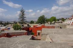 Взгляд над крышами красочного монастыря St Катрина на Arequi стоковая фотография rf