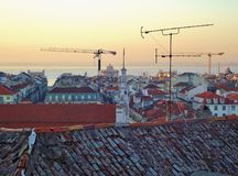 Взгляд над крышами к реке Tejo lisbon Португалия стоковое фото rf
