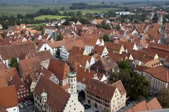 Взгляд над крышами старого городка к окрестностям стоковые фото