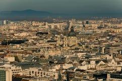 Взгляд над крышами центра города Будапешта, базилика St Stephen и ferris катят внутри середину, Будапешт, Венгрию стоковое изображение