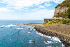 Взгляд над мостом скалы моря 665 метров длинным, сбалансированным консольным мостом вдоль сценарного грандиозного Тихого океан пр Стоковое Изображение RF