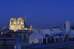 Взгляд над Нотр-Дам de Парижем на голубом времени часа стоковая фотография rf