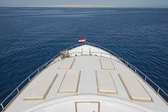 Взгляд над смычком над большой роскошной яхтой мотора стоковая фотография rf