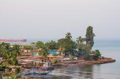 Взгляд над трущобами Фритауна на море где плохие жителя этой африканской столицы живут, Сьерра-Леоне Стоковое Изображение