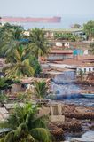 Взгляд над трущобами Фритауна на море где плохие жителя этой африканской столицы живут, Сьерра-Леоне Стоковые Фотографии RF