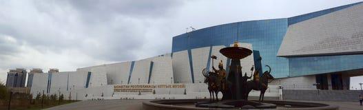 Взгляд Национального музея с фонтаном 4 короля Scythian, предшественники казахов, с кочевническими символами стоковые изображения