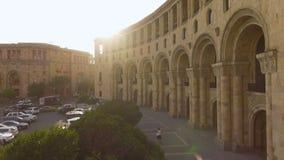 Взгляд национальной галереи Армении и правительство расположенное на республике придают квадратную форму видеоматериал
