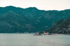 Взгляд нашей дамы церков утесов в заливе Kotor около городка Perast, Черногории стоковое изображение rf