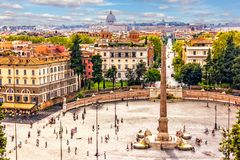 Взгляд на Аркаде del Popolo с египетским обелиском и фонтанами, фото от виллы Borghese стоковое фото rf
