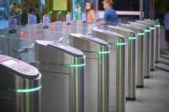 Взгляд на барьерах билета станции метро с зеленым светом для входа Станция метро Москвы Зеленый свет турникета входа станции к Стоковая Фотография