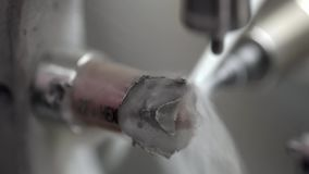 Взгляд на высекать процесс в зубоврачебной филировальной машине акции видеоматериалы