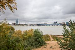Взгляд на городе Klaipeda, вертеле Curonian формы Литвы Стоковые Фотографии RF