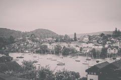Взгляд на городе Spiez и озере Thun, Швейцарии, Европе стоковое изображение
