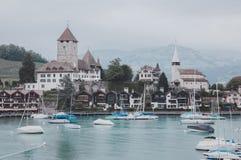 Взгляд на городе Spiez и озере Thun, Швейцарии, Европе стоковое фото rf