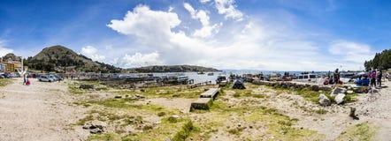 Взгляд на городке Copacabana на озере Titicaca в Боливии стоковая фотография rf