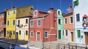 Взгляд на желтых, розовых и голубых домах на острове Burano, архитектуре в Венеции акции видеоматериалы