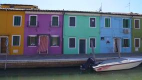 Взгляд на желтых, фиолетовых, голубых и зеленых домах в Burano, архитектуре в Венеции сток-видео