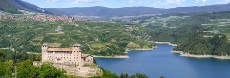 Взгляд на замке Cles и озере Санты Giustina стоковое изображение rf