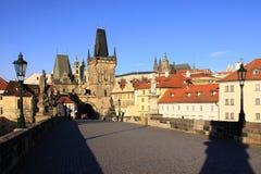 Взгляд на замоке Прага готском с мостом Charles Стоковое Фото