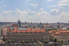 Взгляд на зданиях Праги и церков Tyn стоковая фотография