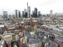 Взгляд на зданиях Франкфурта-на-Майне в Германии с небоскребом на горизонте стоковые изображения rf