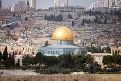 Взгляд на Иерусалиме с куполом утеса от Mount of Olives в солнечном дне Израиль стоковые изображения