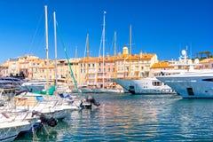 Взгляд на известном курорте St Tropez на французской ривьере, Франции стоковое изображение