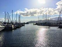 Взгляд на красивой Марине в Gibsons, Британской Колумбии, Канаде Доки полны парусников и проблесков солнца стоковая фотография