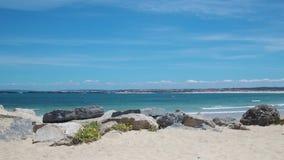 Взгляд на красивом пляже в Peniche, Португалии акции видеоматериалы