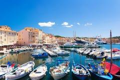 Взгляд на красочной гавани в St Tropez, azur ` Коута d, французской ривьере, южной Франции стоковые изображения rf
