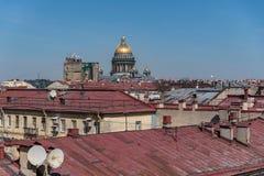 Взгляд на крышах центра старых зданий исторического Sankt Peterburg и купола собора St Исаак стоковые изображения