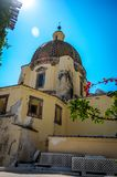 Взгляд на куполе церков Santa Maria Assunta в Positano побережьем Амальфи, Positano Италии стоковые фотографии rf