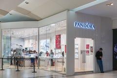 Взгляд на магазине Пандоры в Соединенных Штатах Пандора компания которая конструирует, изготовляет и выходит рук-законченную и со Стоковое Фото