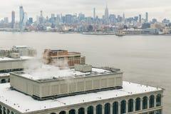 Взгляд на Манхаттане Нью-Йорке от в зимнем дне стоковая фотография rf