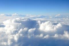 Взгляд на небе и облаках от иллюминатора самолета Стоковое Фото