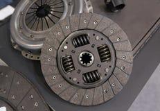 Взгляд на новой чистой детали составной части муфты тележки автомобиля Диск диска муфты сцепления автомобиля разделяет компоненты стоковые фото
