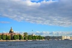 Взгляд на обваловке Адмиралитейства и соборе St Исаак в su Стоковые Фотографии RF