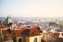 Взгляд на панораме Праги с красными крышами и исторической архитектурой стоковые изображения