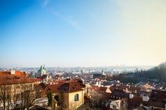 Взгляд на панораме Праги с красными крышами и исторической архитектурой стоковое фото rf
