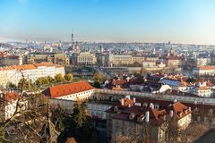 Взгляд на панораме Праги с красными крышами и исторической архитектурой стоковые изображения rf