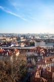 Взгляд на панораме Праги с красными крышами и исторической архитектурой стоковое изображение